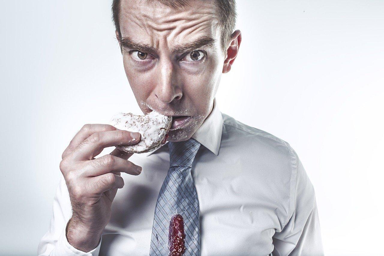 Abbuffarsi di cibo. Come controllare l'alimentazione incontrollata.